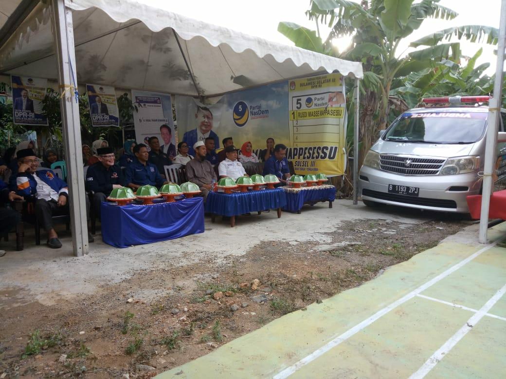 Rusdi Masse Kampanye dan Serahkan Mobil Ambulabce di Tiroang
